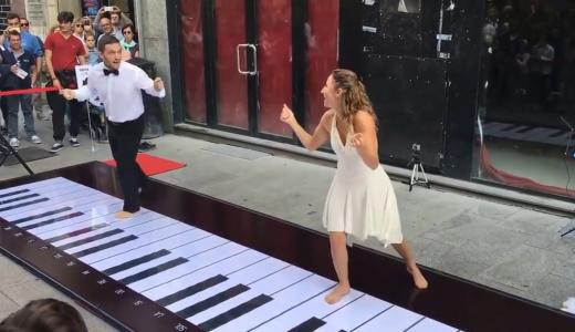 足で弾く巨大イルグランデピアノが素敵♪