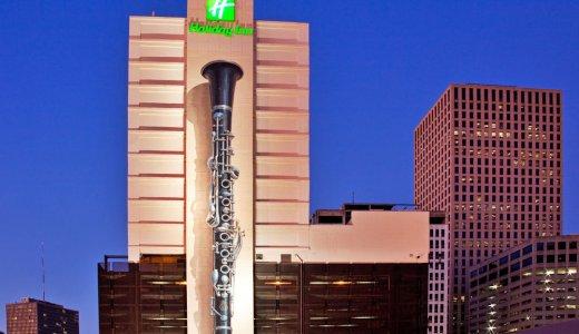 16階の高さまで巨大なクラリネットが描かれたニューオリンズのホテル