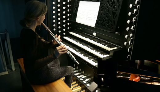 【動画有】フルートとオルガンを同時に演奏する女性