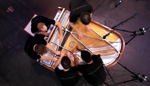 人多すぎ笑 1台のピアノを5人で演奏する集団ピアノガイズが凄い