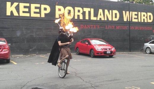 【動画】バグパイプで火炎放射しながら「スターウォーズ」を演奏する一輪車に乗った男