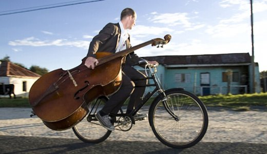 颯爽と自転車で移動するコントラバス奏者たち