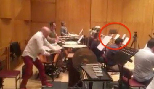 """【10秒】打楽器奏者の木製ハンマーが""""ぶっ飛んで""""トランペット奏者に直撃…これは痛い…"""
